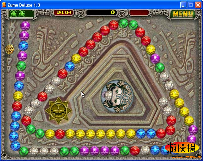 《祖玛传奇》是一款老少皆宜的益智类游戏,主角是一只石青蛙,它会吐出各种颜色的小球。小球造型美丽并且有着神秘的色彩,环绕着石青蛙的是载着小球的轨道,各种颜色的小球会沿着轨道 向前滑动。石青蛙阻止小球滚进轨道终点的洞里的方法就是用吐出小球与轨道上的小球相结合,颜色相同且数量达到三个以上就会消除得分。屏幕右上方有一个分数格。当达到一定分数(黄色的气满)的时候游戏中会听到 ZUMA的声音,然后所有小球倒退若干步。这是一个表面现象,这个分数格最重要的作用是表示该版的结束,当ZUMA叫出后,就不会再增加小