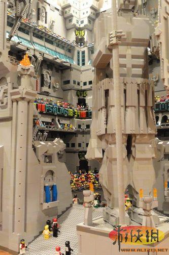 用25万片乐高积木搭建巨型要塞