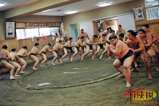 相扑,古称素舞,起源于中国,唐朝时传入日本,由两名大力士裸露上身,互相角力。时至今日相扑在国内几乎没什么踪迹了,反到成了日本的国技,唉,悲哀啊。下面晒晒日本相扑选手的日常生活,胖子们也有春天啊。。。