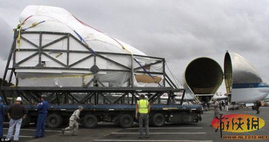 """为了运送训练机,飞行博物馆向宇航局支付了200万美元。训练机将成为飞行博物馆的一件""""世界级""""展品   北京时间7月3日消息,据国外媒体报道,日前,美国宇航局(NASA)的""""超级虹鳉""""货运飞机在西雅图罕见公开亮相,吸引了很多人的目光。""""超级虹鳉""""的此次亮相是为了运送航天飞机训练机的组件,最后在西雅图飞行博物馆着陆,参加欢迎仪式。降落前,""""超级虹鳉""""在博物馆上空盘旋,有超过1000人领略了它的风采。   &l"""