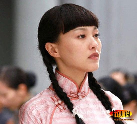 唐嫣:淡淡的橘色眼妆配上裸妆,自然清新,眉上整齐的齐刘海,乌黑柔顺图片