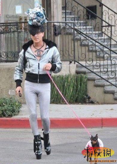 女穿生殖器服装上街被捕