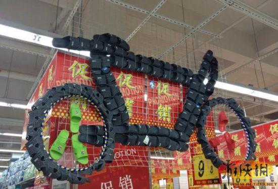 超市油摆成金字塔图片