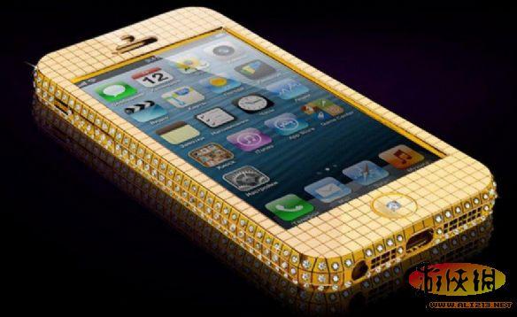 """iPhone5""""超级明星""""系列由英国定制奢侈品牌Goldgenie打造,共有两种型号:""""黄金超级明星""""镶嵌了200克18K黄金,而""""黄金超级明星""""寒冰版则由364颗钻石打造而成。两种型号售价分别为45万和64万元人民币。"""