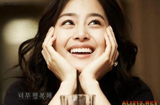 韩国最美女星的代表人物之一,也是韩国自然美的代表。出生于釜山广域,毕业于首尔大学服装设计系,是演艺圈内少数拥有高学历且非戏剧科班出身的演员。2003年凭借《天国的阶梯》而走红。其影视代表作品有:《天国的阶梯》、《爱在哈佛》、《IRIS》、《我的公主》等。