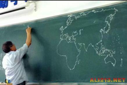 历史老师真是文武双全 粉笔手绘世界地图很酷炫