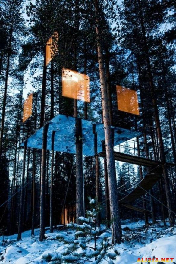 由设计师tham & videgard打造,全镜面打造的这间树屋仿佛消失于树林