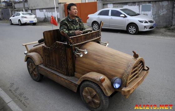 刘福龙正在测试其自制木头车
