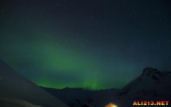 漫游银河系 摄影师拍摄冰岛树林瀑布如梦似幻