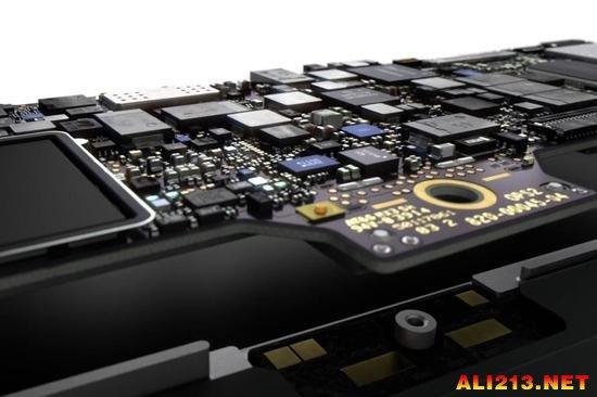 作为对比,树莓派的尺寸是长3.4英寸(约合8.6厘米)宽2.2英寸(约合5.6厘米),面积7.48平方英寸(约合48.26平方厘米),而新款Macbook Air主板的面积是6.9平方英寸(约合44.52厘米)。树莓派主板的厚度是20毫米,也比Macbook Air主板的13.1毫米要厚。