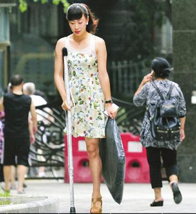 最近一张独腿女孩的照片走红网络